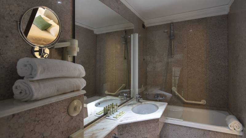 Fontebella-Palace-Hotel-Assisi-bathroom-classic-room-valley-view-201plclavvPPME4559